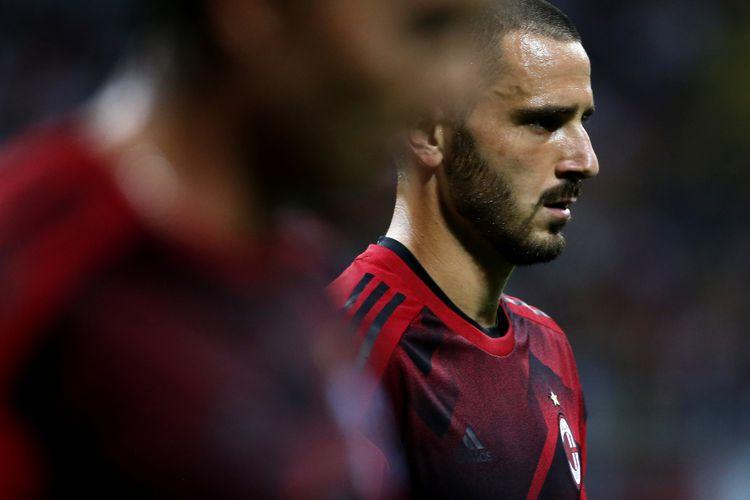 Bek AC Milan, Leonardo Bonucci, tampak terpukul seusai kekalahan 1-4 dari Lazio di Stadion Olimpico, Minggu (10/9/2017)